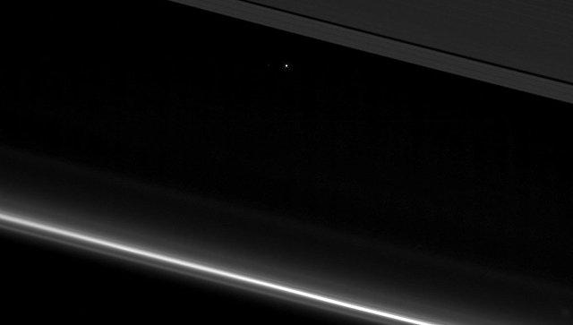 NASA показали неповторимое фото Земли между кольцами Сатурна