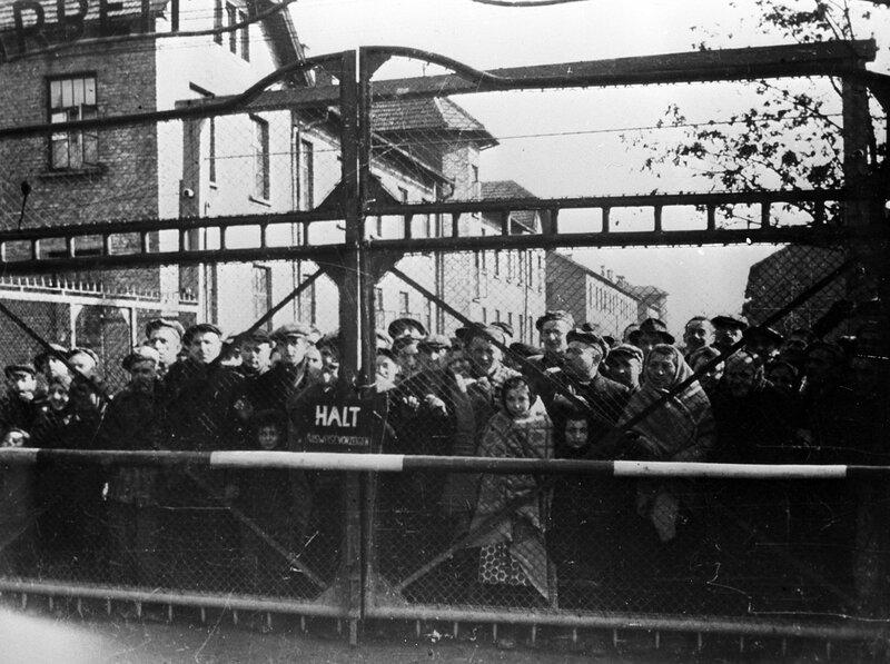 Заключенные концлагеря Освенцим встречают своих освободителей