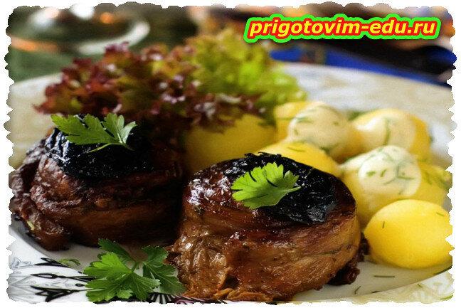 Крученики из свинины с черносливом и сыром