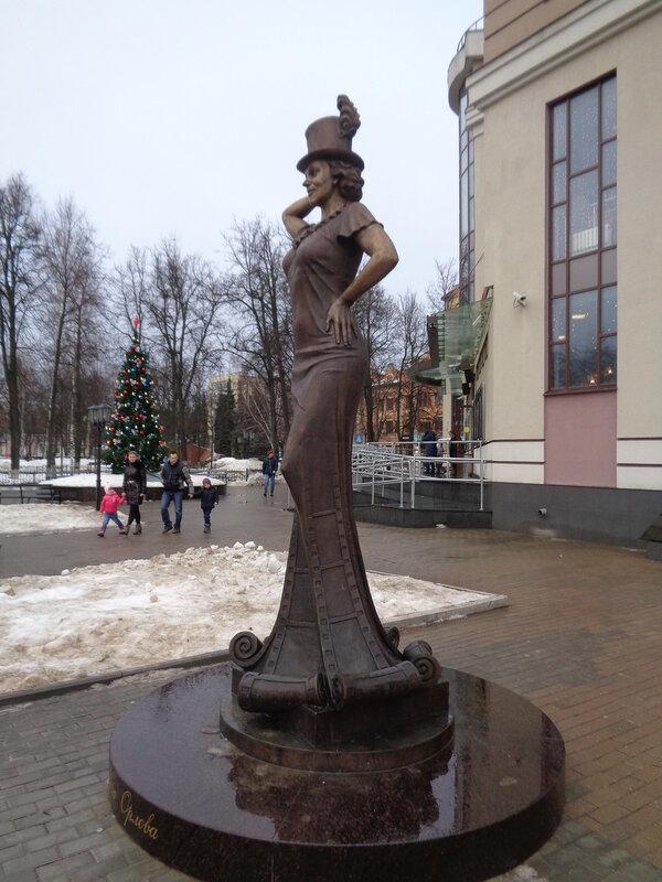 Памятник с ангелом Звенигород Ваза. Лезниковский гранит Чеховская