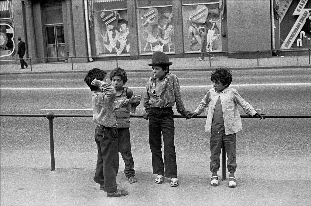 Маленькие цыгане на улице Воздвиженка. Москва, 1990 год. Фото © Игорь Стомахин.jpg