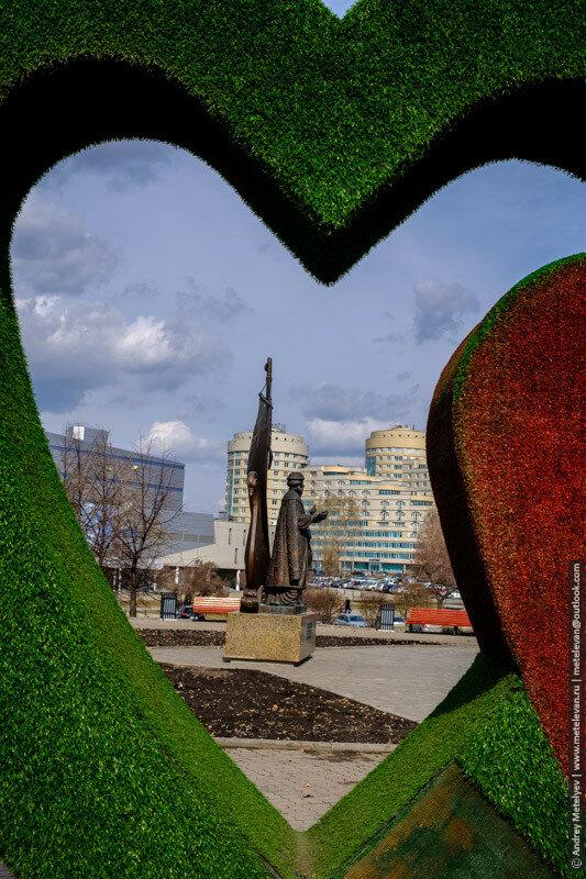 памятник петру и февронии фотографии через сердце