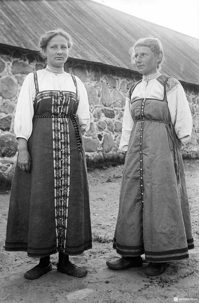 Сойкино. Девушки  в деревенских костюмах