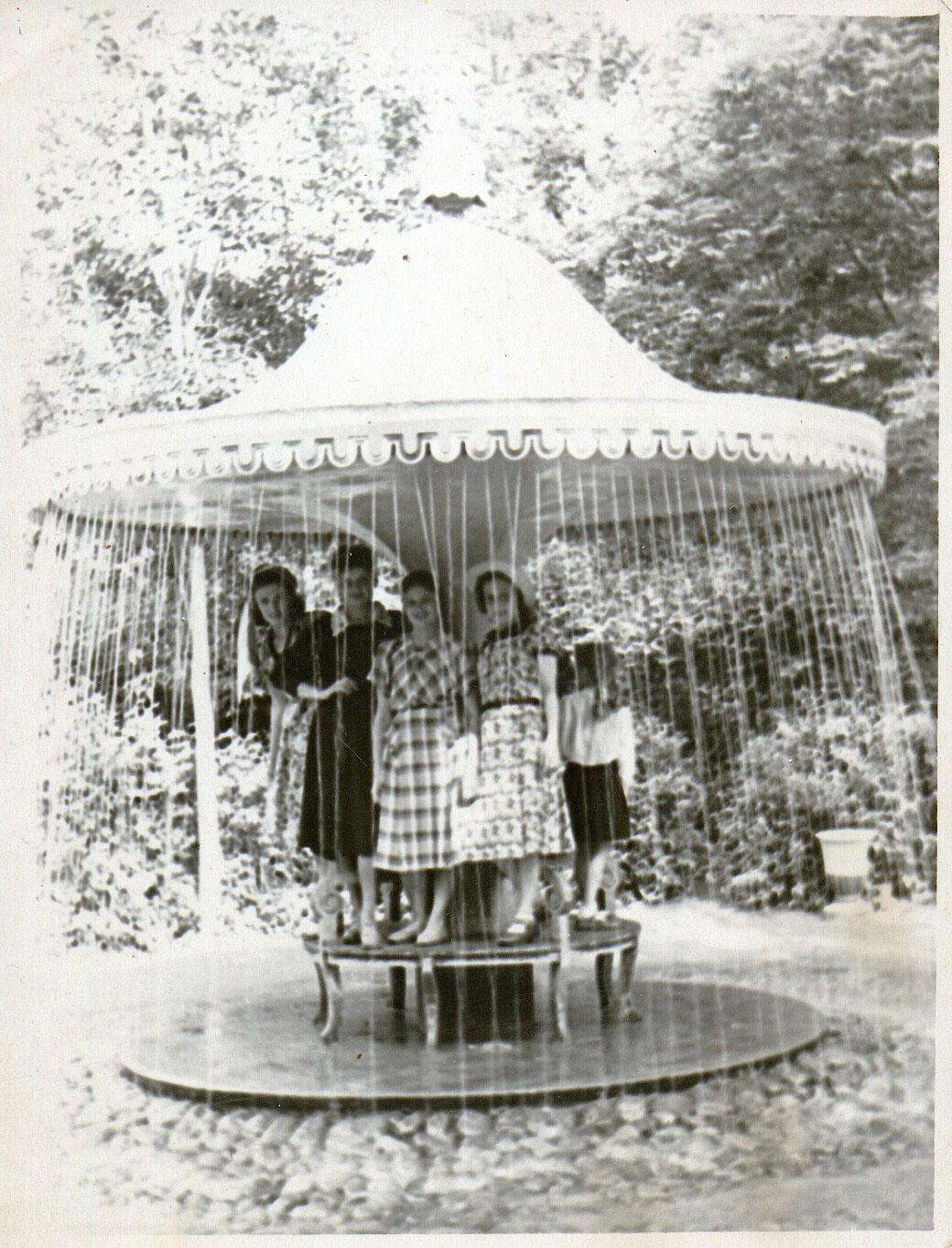 1954. У фонтана-шутихи «Зонтик»
