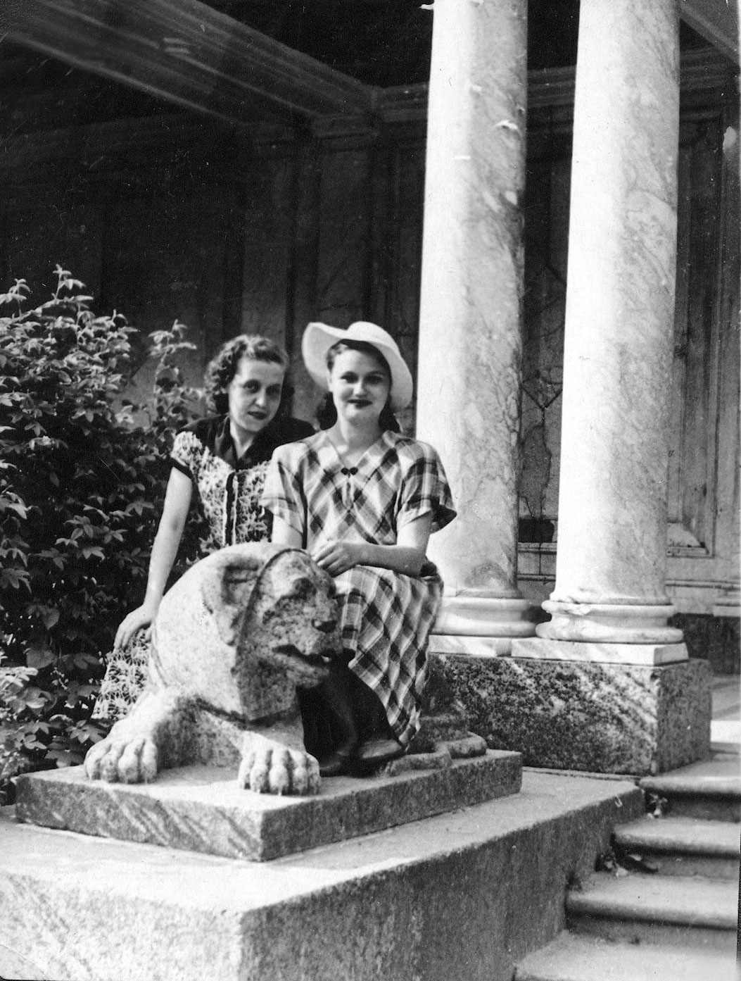1954. У Воронихинской колоннады