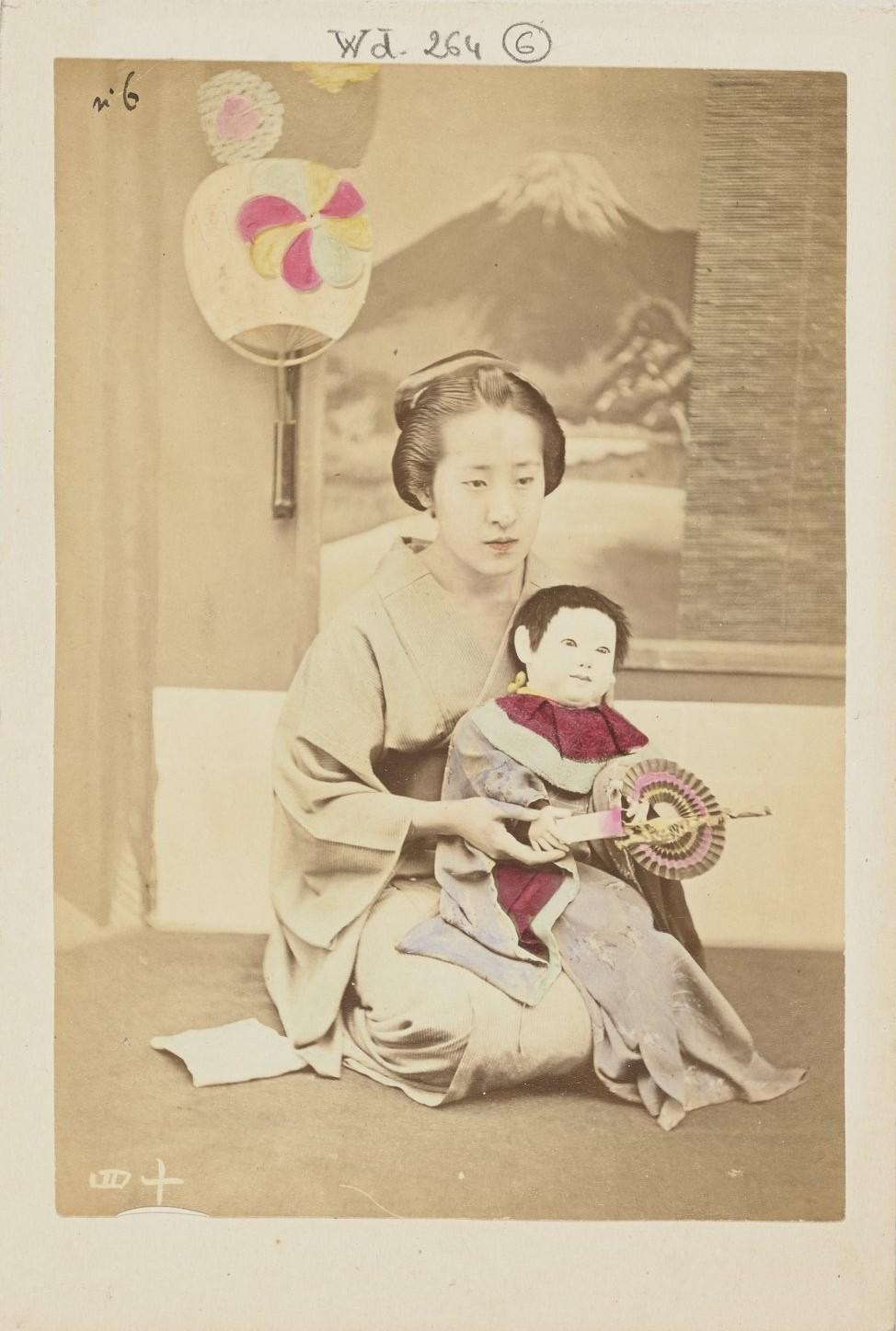 Молодая женщина с куклой