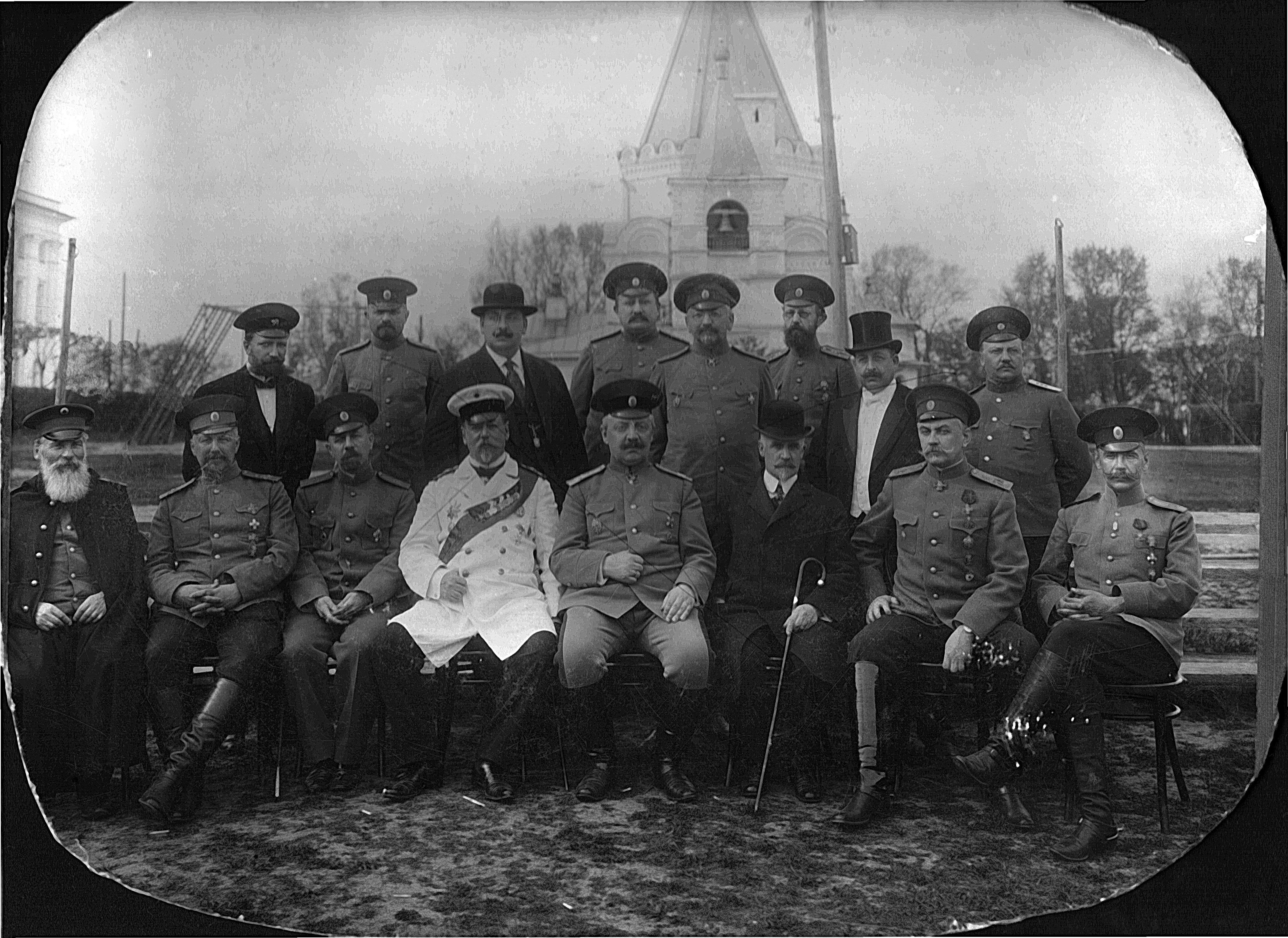 Групповой портрет военных и гражданских лиц на фоне церкви. 1910-е