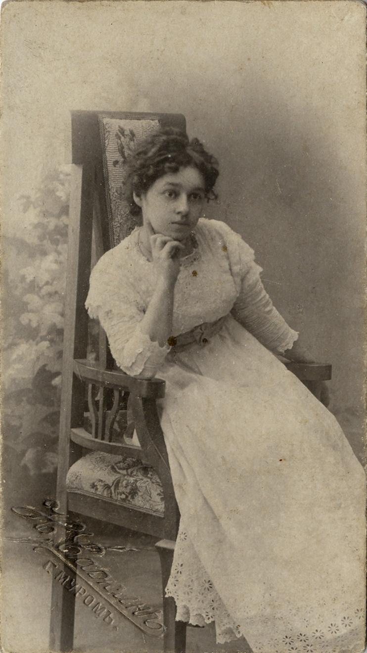 Портрет неизвестной девушки в кружевном платье. 1905-1910