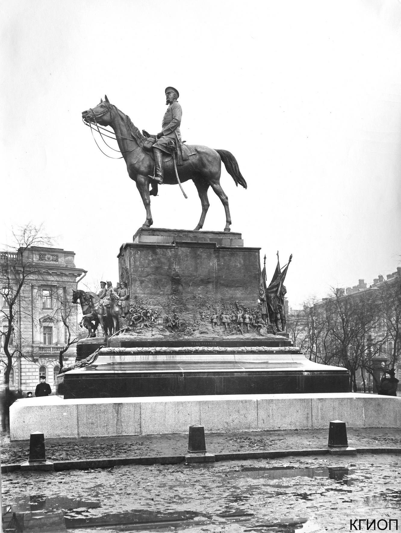 17. Памятник великому князю Николаю Николаевичу на Манежной площади. 1915