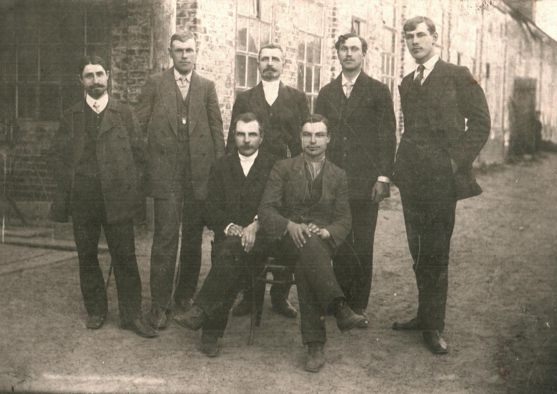 Семён Иванович Семёнычев (владелец судостроительного завода). 3-й справа, стоит