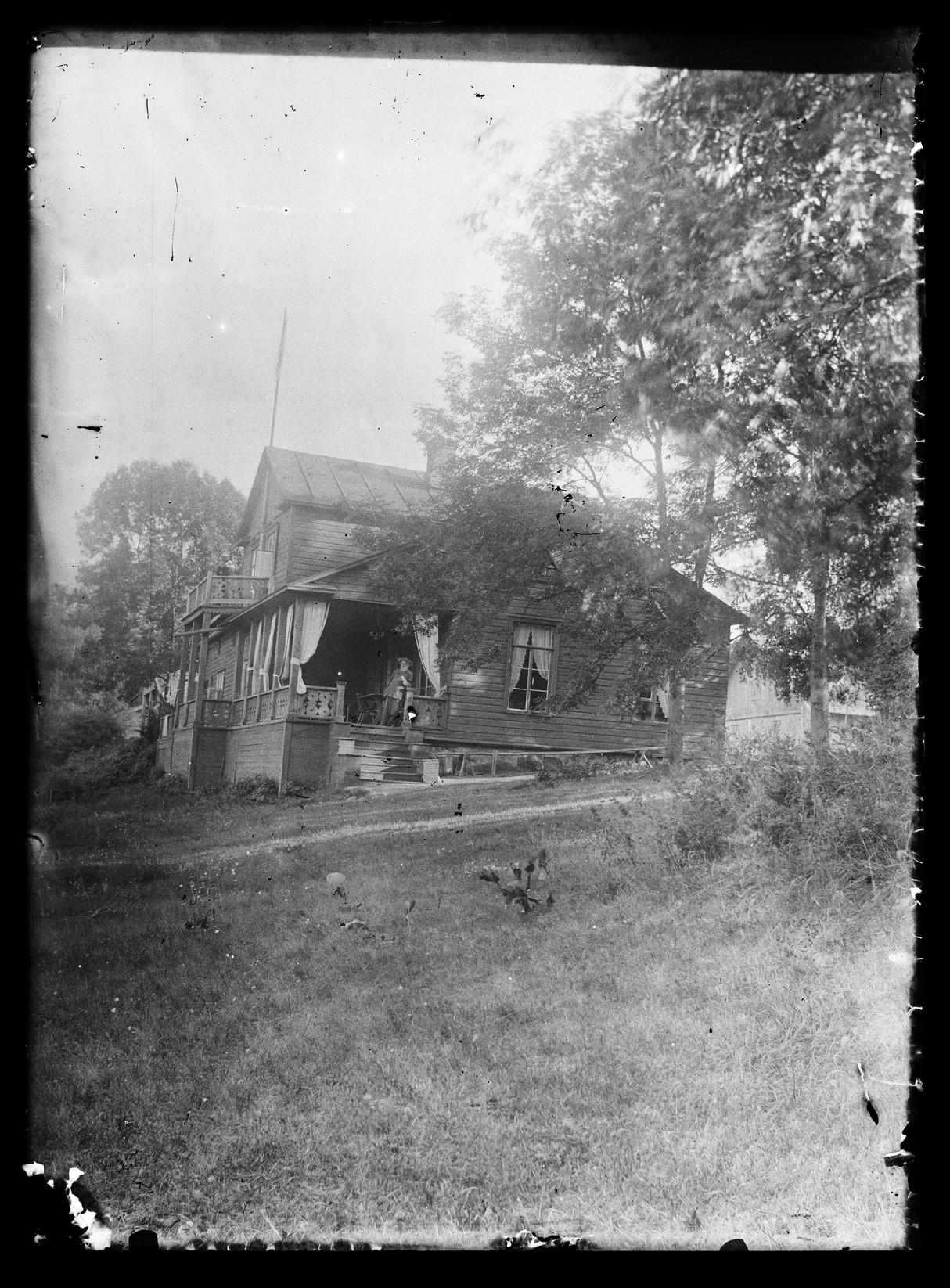 Желтый коттедж. На крыльце Никлас Симберг (1822-1915)