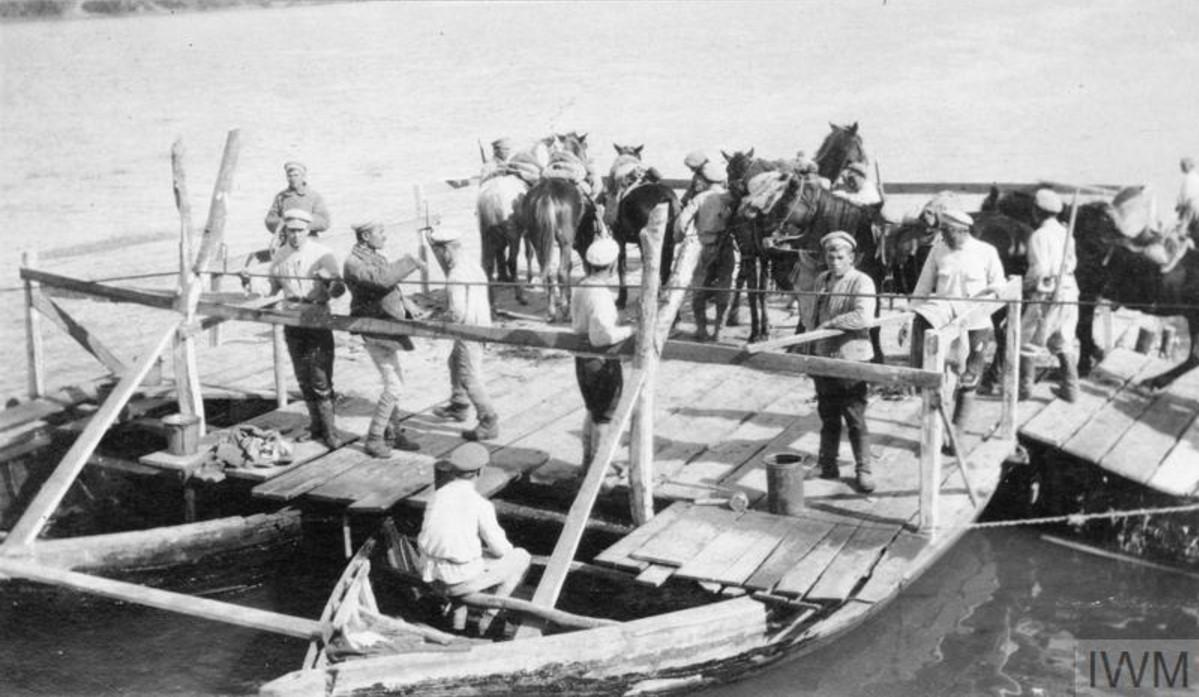 Казачий кавалерийский патруль отплывает на плоту