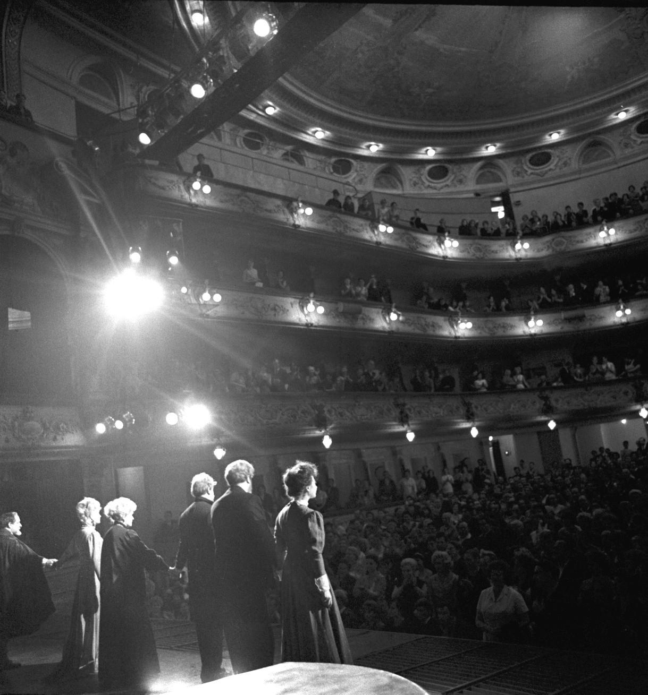 Актеры на сцене театра БДТ. 1965,06