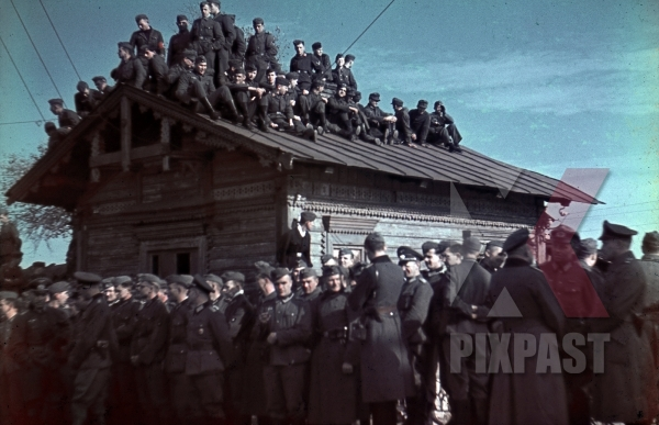 stock-photo-wehrmacht-soldiers-sitting-on-the-roof-of-a-cabin-in-krementschuk-ukraine-1941-10571.jpg