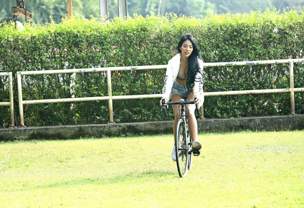 Симпатичная азиаточка на велосипеде