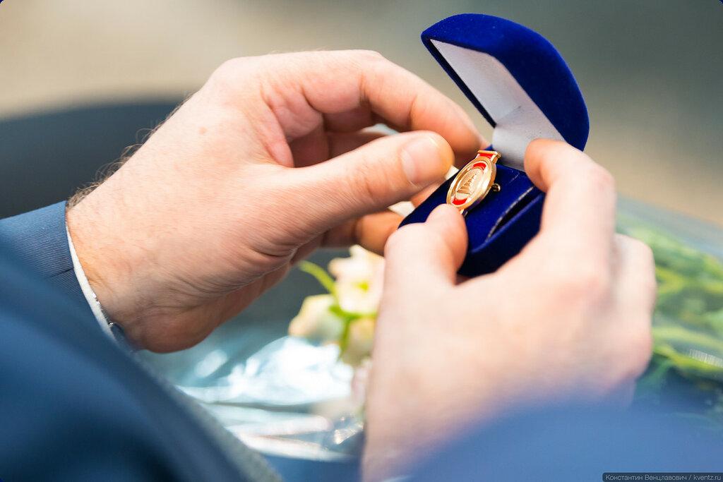Заслуженные члены Совета ветеранов DME были награждены нагрудными знаками Совета ветеранов