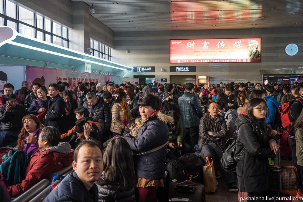 Посадка на поезд обычно происходит за полчаса. Ближе к этому времени люди начинают хаотично обступат