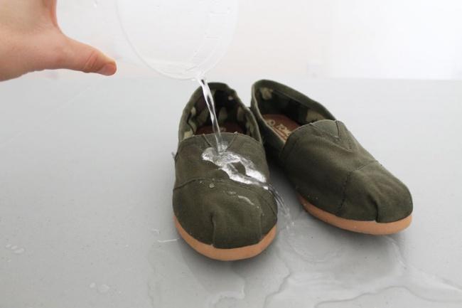 Ноги на природе всегда должны быть сухими и в тепле. Натрите обувь воском или парафином, чтобы не пр