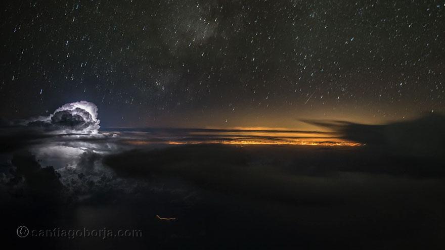 Особенно сильное впечатление производят снимки, в которых Лопес снял сверху бури, грозы и облака. Ег