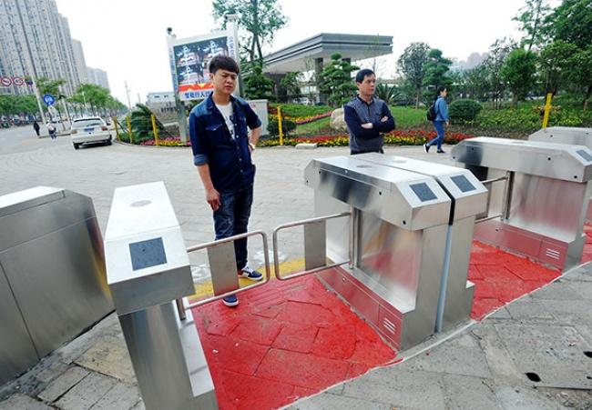 © Chinadaily  Отличная идея: пешеходный переход савтоматическими турникетами вгороде Ухань,