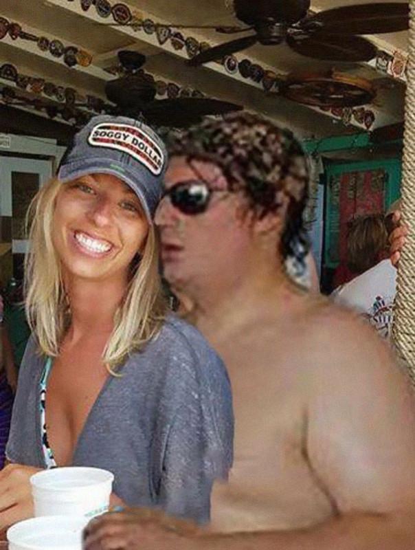 Пара попросила убрать со снимка парня в трусах. И вот что вышло.