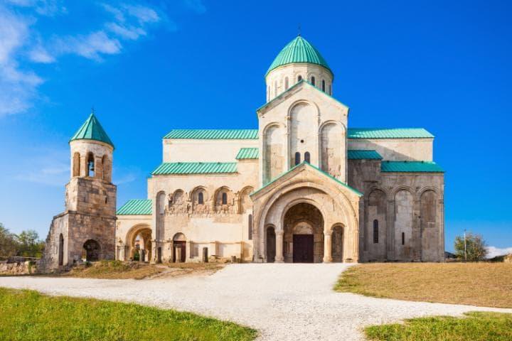 Кафедральный собор Баграти и монастырь Гелати в Кутаиси, Грузия. Под угрозой с 2010 года. Собор пред