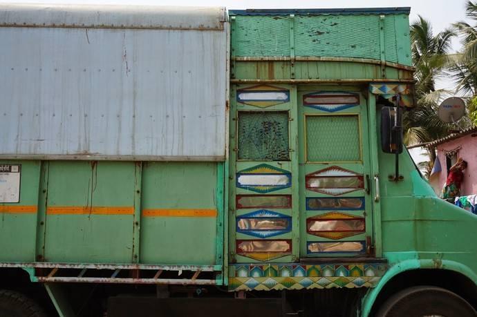 Многие знают, что в Индии любят коров и объезжают их на дорогах. Можем добавить, что не меньшую любо