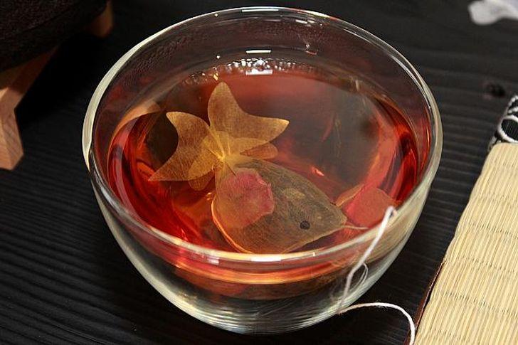3. Буквально за десяток-другой секунд пакетик с чаем превращается в настоящую золотую рыбку, которая