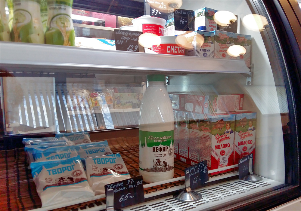 Здесь же в буфете можно закупиться молочной продукцией (чтобы в магазин не заходить и в очереди не с