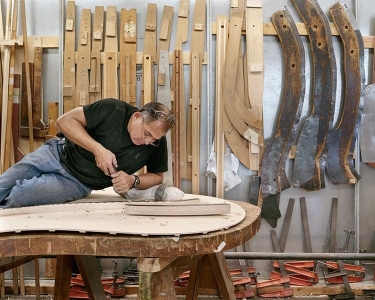 Для создания инструмента используется дерево, которое высушивается в течение 2 лет.