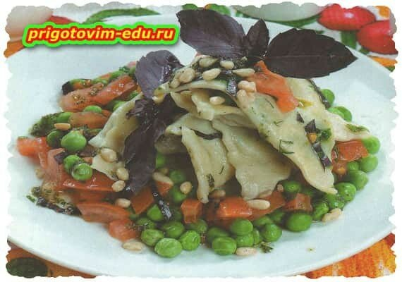 Сырные равиоли в соусе с горошком