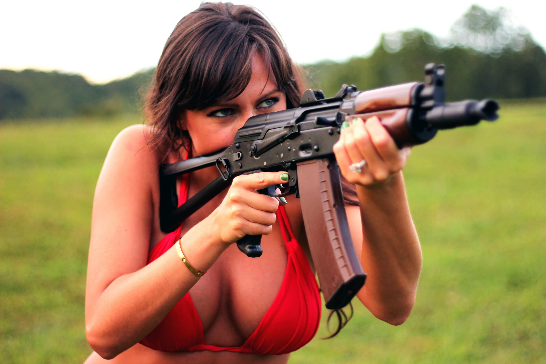 Картинка стреляет в девушку