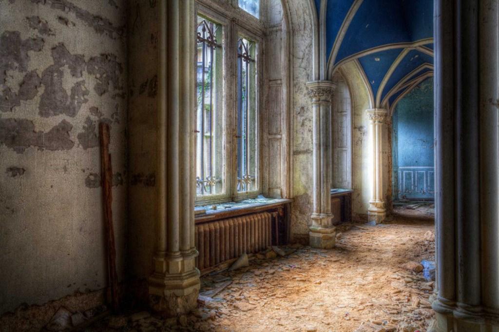 bolshie-okna-pervogo-etazha-mirandy-vypolneny-v-luch.jpg