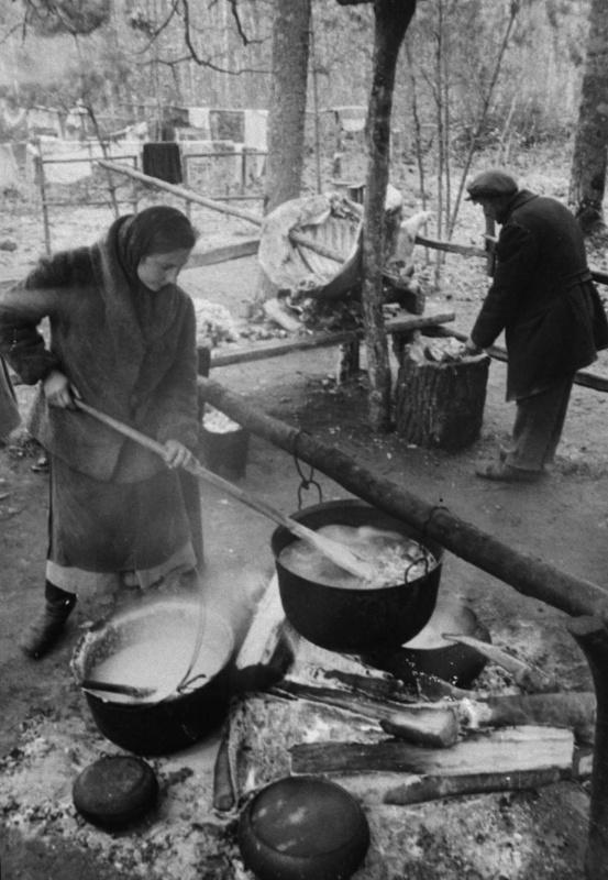 Приготовление еды в партиз. отряде им. Котовского. Белоруссия. 43.jpg