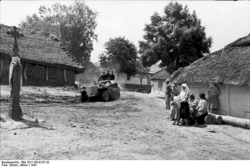 Jugoslawien, Schьtzenpanzer in Dorf, Zivilisten