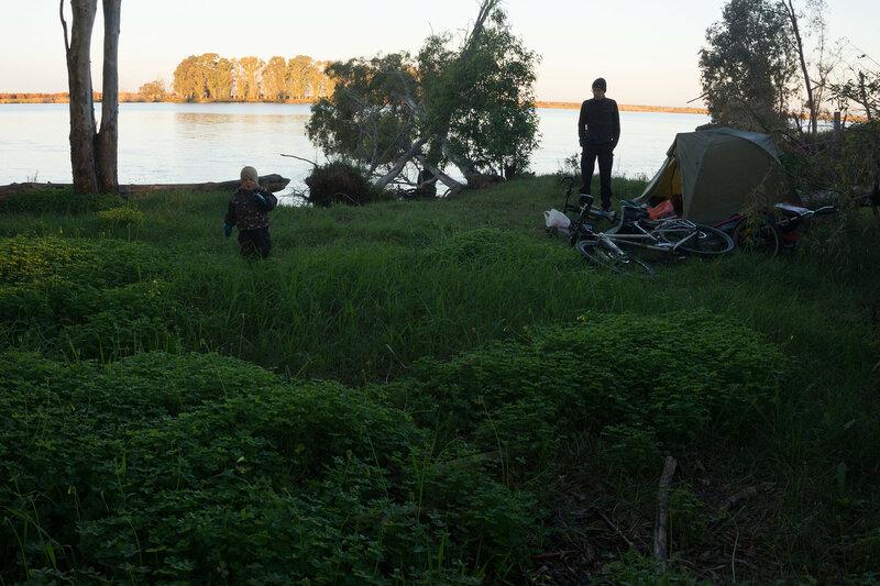ночевка в палатке на берегу реки гвадалквивир