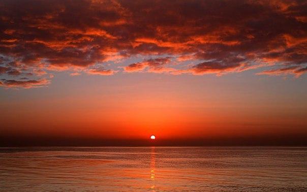 Почему на восходе и на закате солнце красное?