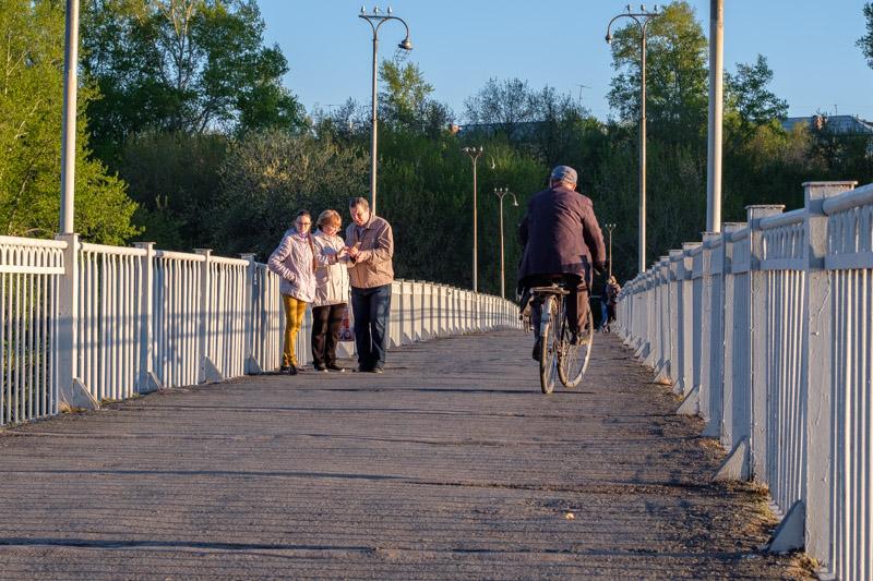 Пешеходный мост через Исеть, пешеходы на мосту