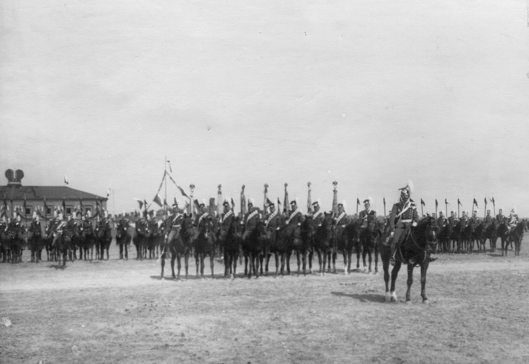 Уланы с полковыми штандартами в строю на параде по случаю празднования 250-летнего юбилея полка
