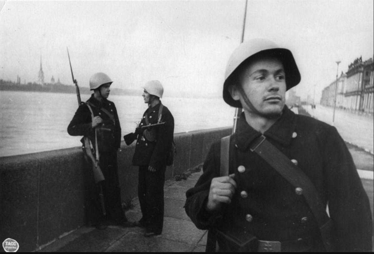 1942. Краснофлотский патруль на набережной Невы. Октябрь