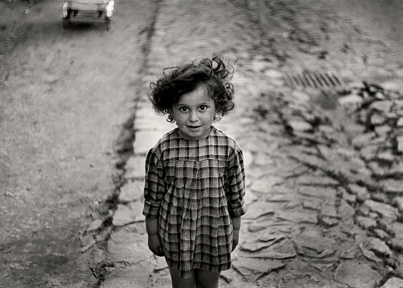 Девочка в клетчатом платье