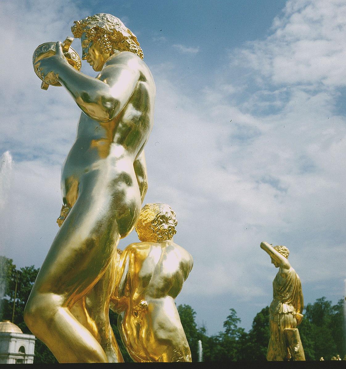 Позолоченные скульптуры Большого каскада в Петергофе