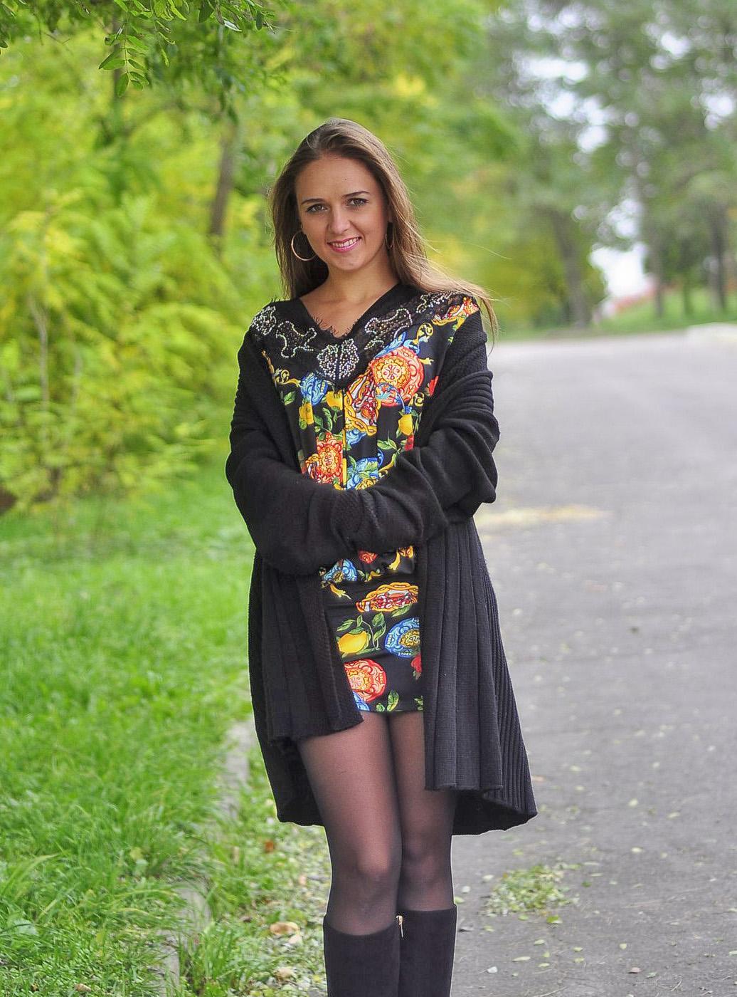 Девушка прогуливается в парке в платье