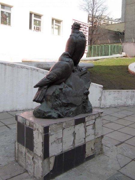 голуби в Москве возле Центрального дома работников искусств