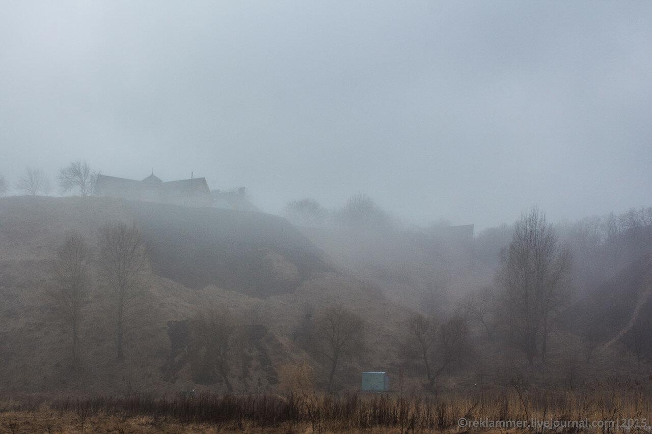 дома на возвышенности, туман спускается с горки, дома на берегу киевского моря