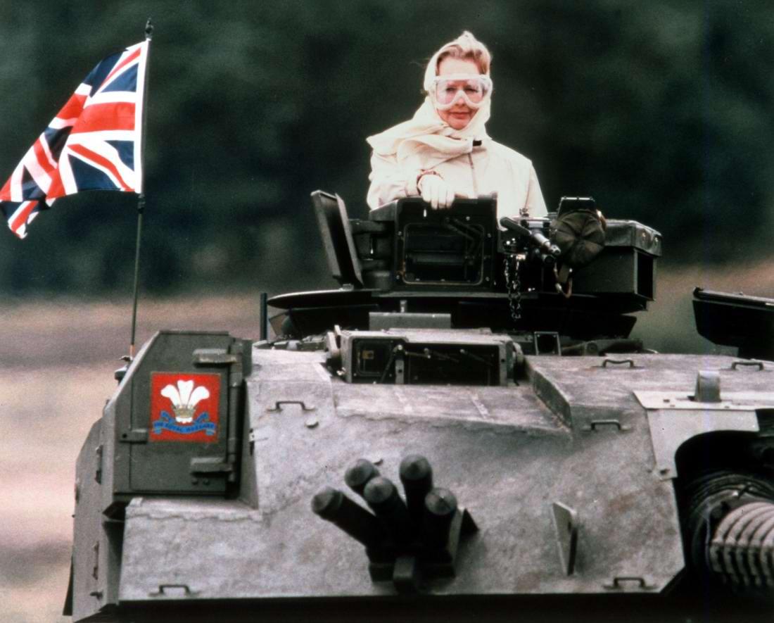 Крутая тетка: Британский премьер-министр Маргарет Тэтчер верхом на танке (1986 год)
