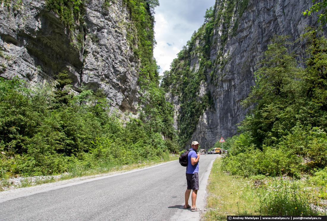 По дороге ведущей на Рицу огромные скалы и ущелья