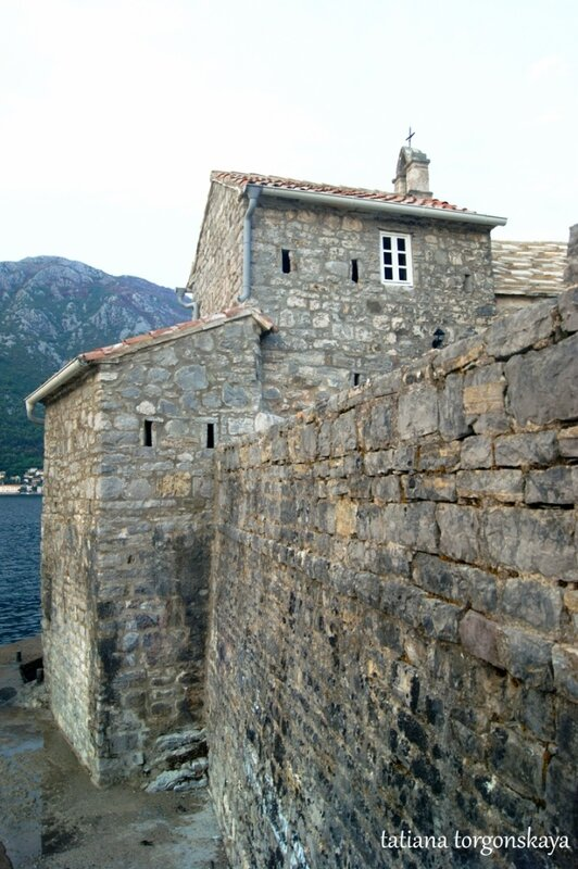 Стены, окружающие церковь