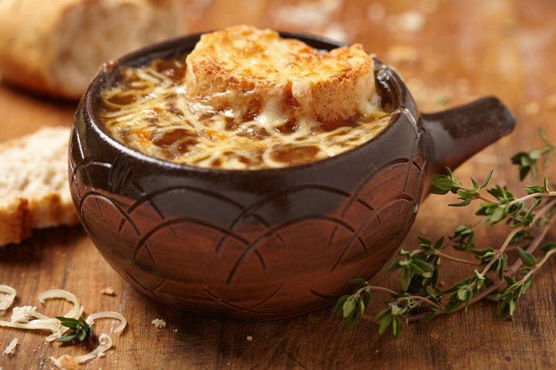 Луковый суп с гренками и сыром