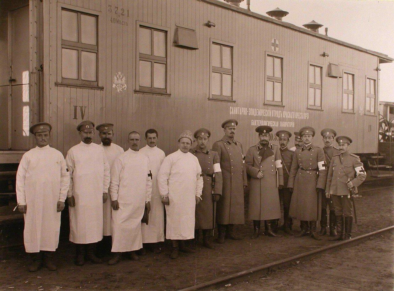10. Группа персонала санитарно-эпидемического отряда у вагона,оборудованного под бактериологическую лабораторию